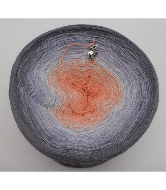 gradient yarn Offenbarung - medium gray outside 2
