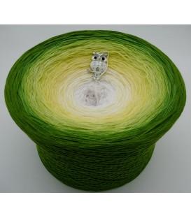 Grüne Aue im Sonnenlicht Gigantischer Bobbel